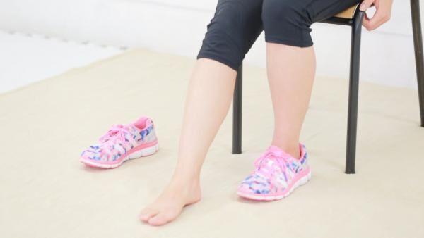 放置すると太くなる!足のむくみや冷え性を座ったままストレッチで解消!