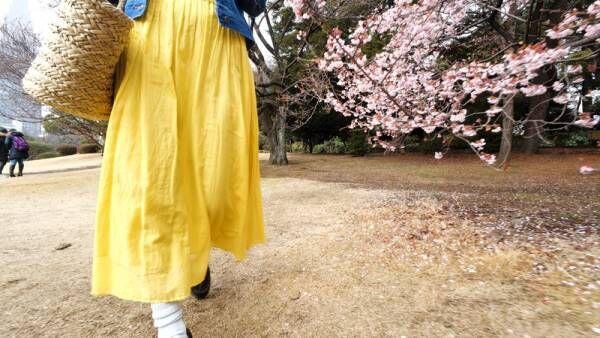 黄色のスカートをなびかせて。春を味方にするお花見コーデ