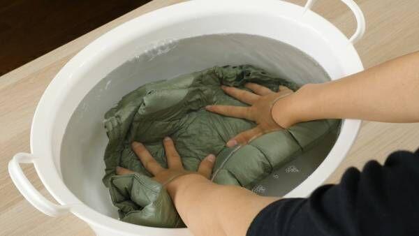 ダウンコートは家庭で洗濯できる?失敗しない方法や洗い方のコツ