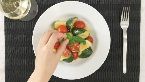 彩りが足りない時の一品。トマトとズッキーニのガーリックマリネ