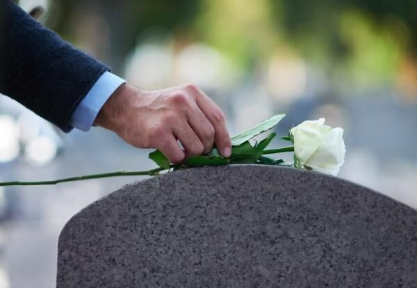 恥をかかないために!葬儀、通夜、法事に参列する際の喪服マナー【男性編】