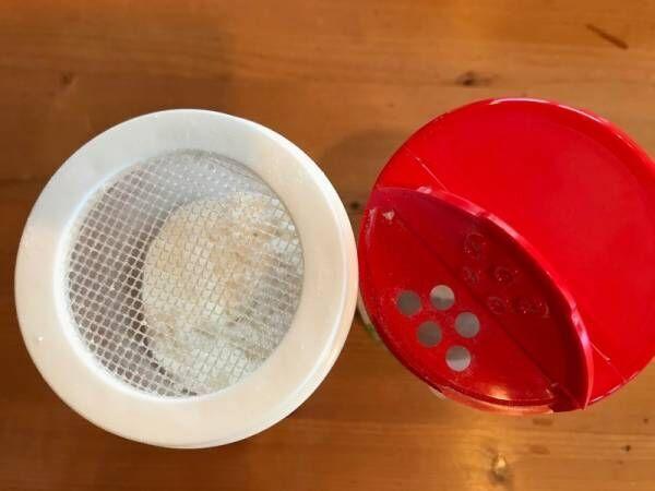 【ダイソー】小麦粉が飛び散らない《小麦粉ふりふりストッカー》で簡単ラクラク調理!掃除にも使える⁉︎