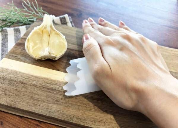 【キャンドゥ】にんにくのニオイを移さずあっという間に皮が向ける♪《ガーリックピーラー》が料理で活躍!