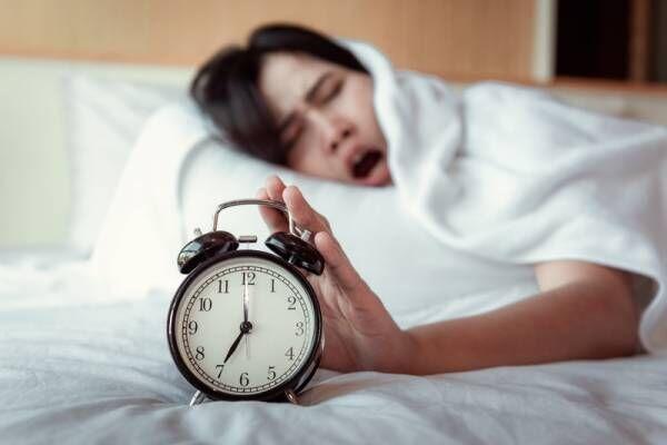 「絶対寝坊したくない……!」旅先のホテルで確実に起きる攻略法とは?