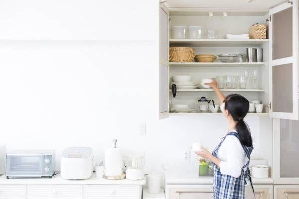 つっぱり棒とボックスで収納力アップ!?料理作りも片付けもラクになるキッチンの収納アイデア