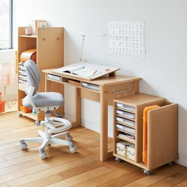 机に向かうだけで姿勢がよくなります。