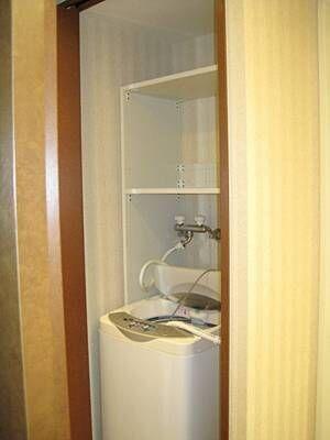 <簡単DIY>サイズが命!洗濯機上のデッドスペースを有効活用できるシンプル収納。