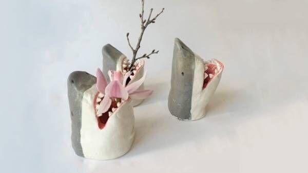 【サメの口に花を飾る!】花瓶や食器など陶器製のサメのデザイングッズがヴィレッジヴァンガードオンラインに新登場!