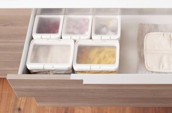 パッキン付きで湿気を防ぎ、ワンタッチで開く「保存容器」が新発売。
