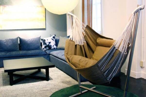 世界一の座り心地のハンモックチェア KOMFORTA(コンフォルタ) 。安らぎ求める人が選ぶ、包み込まれるリラックス効果