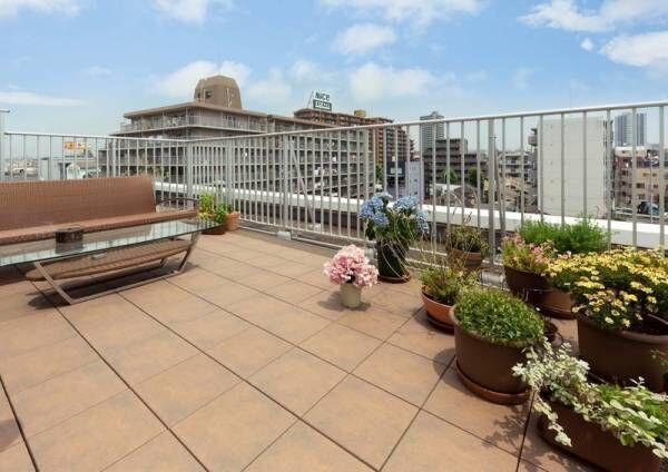【タイル敷くだけで快適空間】マンションでも戸建のような庭がバルコニーで実現