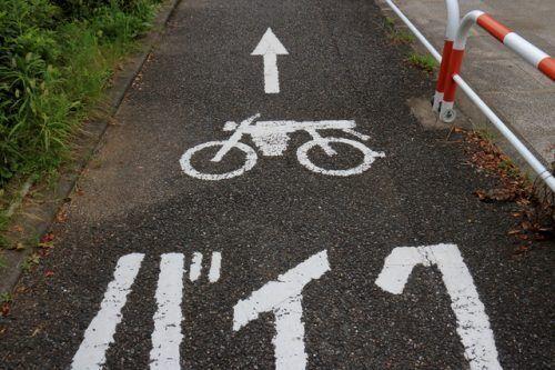 【意外と知らない道交法】原付バイクの運転手が自転車を押して走らせた…これって違法?