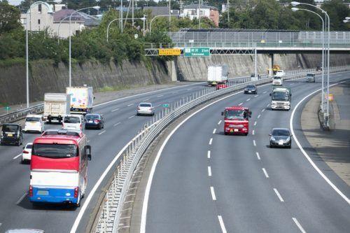 【意外と知らない道交法】追い越し車線をずっと走行…これが違反ってマジですか?