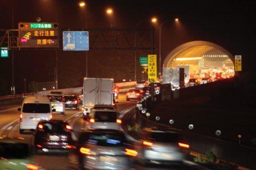 【意外と知らない道交法】高速道路で渋滞の最後尾が「ハザードランプ点灯」は義務?