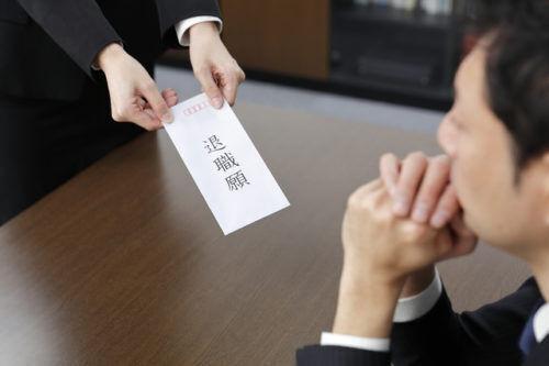 山口達也の辞表がリーダー預かりに…一般企業ではどう対応する?