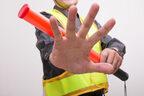 交通整理員の不手際にイライラ…無視して走行したら交通違反になる?