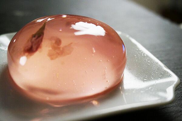 【ぷるぷる中毒者続出】桜が香るぷるるん水ゼリーが想像以上にぷるぷる