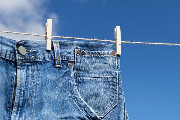 そのまま洗濯機にポイはNG!? ジーンズの正しい洗い方って?