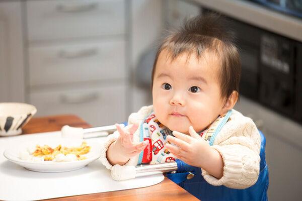 子どもの遊び食べにイライラ…先輩ママたちはどう対処している?