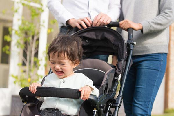 座るとギャン泣き!ベビーカーを嫌がる子どもの対処法