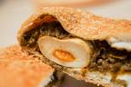 【ウマイと話題】ローソンの半熟卵入りカレーパンを食べてみた!