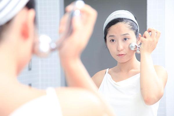 【美容皮膚科医に聞いた】美顔ローラーでリフトアップは本当に効果があるの?