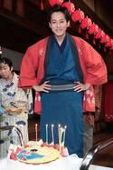松坂桃李、29歳バースデーで意気込み新たに 特製ケーキに笑顔<わろてんか>