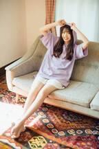 """けやき坂46高本彩花、美脚あらわなリラックスショットが""""彼女感""""全開"""