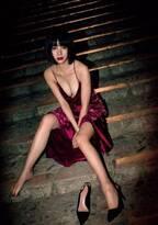 池田エライザ、妖艶ドレスで美谷間くっきり