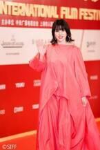 長澤まさみ、美背中を大胆披露 上海国際映画祭レッドカーペットで視線集中<コンフィデンスマンJP>