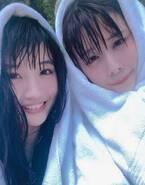 吉本坂46小寺真理、有村藍里とハワイに 濡れ髪2ショット公開