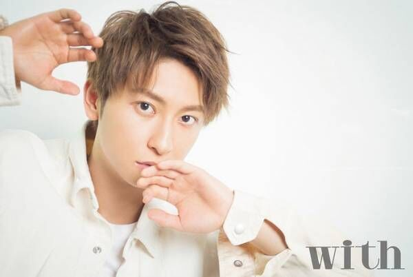 "AAA與真司郎「with」ソロ表紙 ""絶対的な顔面レベル""写し取る"