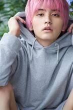 瀬戸利樹、ピンク髪でカレンダー2020を発表