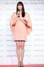 山本美月、美脚あらわなドレス姿で登場 ベストジーニストに続く受賞「脚の年になった」