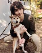 横浜流星、犬との密着ショットに「癒やしでしかない」「可愛い」と反響<4分間のマリーゴールド>