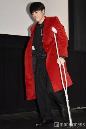 間宮祥太朗、左足を骨折 松葉杖で舞台挨拶登場<殺さない彼と死なない彼女>