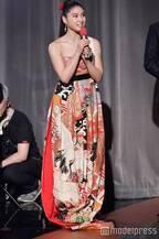 土屋太鳳、妖艶和柄ドレスで美デコルテ披露 2度目の「レコ大」司会