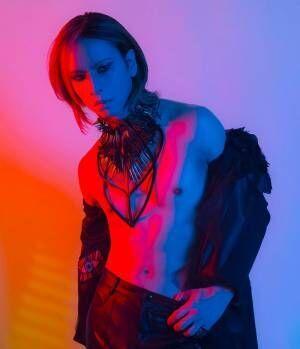 X JAPAN・YOSHIKI、筋肉美披露 誕生日に28年ぶり写真集「XY」発表