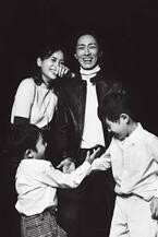 青木裕子&ナイナイ矢部浩之、家族写真を初公開 夫婦で雑誌共演「心底照れました」