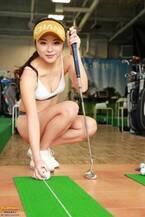 野田すみれ、水着でゴルフに挑戦 ヘルシーボディで魅了