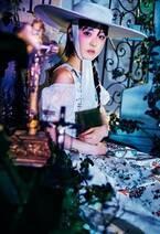 浜辺美波、ゴシック&キュートなドレス姿 蜷川実花撮影で「装苑」初登場