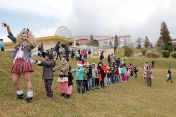 ゾンビウォークをする生徒たち。※昨年のようす