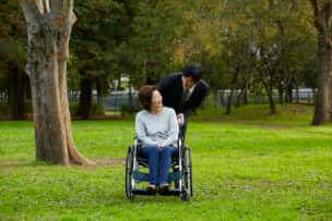 親の介護にかかる費用総額はいくら? 仕事を辞めないで介護はできるのか?