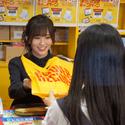 山本彩がタワレコ店員のエプロン姿で接客! 泣き出すファンも