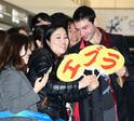 成田空港に到着したエズラ・ミラーを約300人のファンが熱烈歓迎!