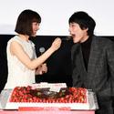 坂口健太郎、綾瀬はるかにケーキを食べさせてもらいデレデレ!