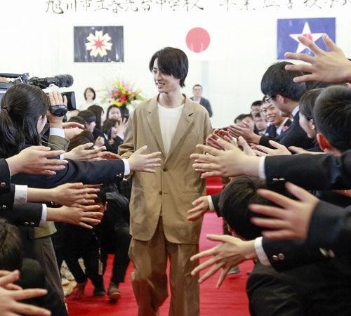 山崎賢人の卒業式サプライズ登場に、生徒たち感涙!