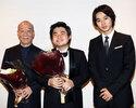 山崎賢人、辻井伸行のコンサートにサプライズ登場し花束贈呈!