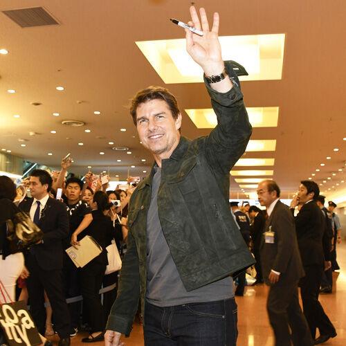 トム・クルーズ来日に空港で待ちわびたファン1000人が熱狂!