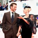 レディー・ガガとブラッドリー・クーパーがトロント映画祭レッドカーペットに